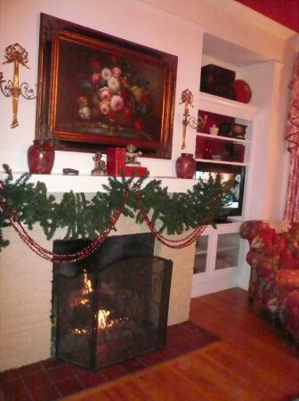 Elizabeth Leigh Inn: Rose Room Fireplace - nice and warm and cozy