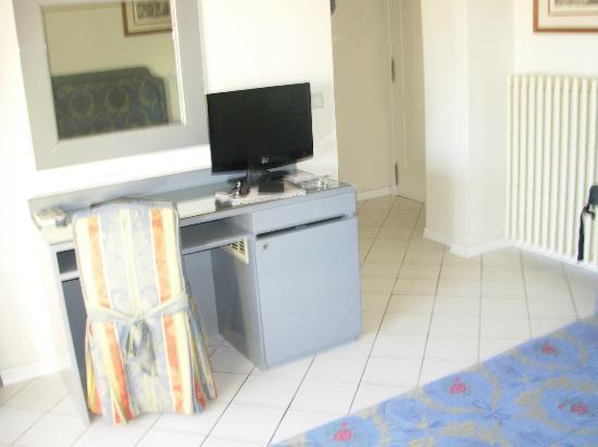 Hotel Italia: espacio habitación - minibar