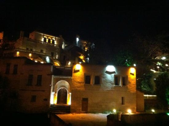 Gamirasu Cave Hotel: Hotel night view