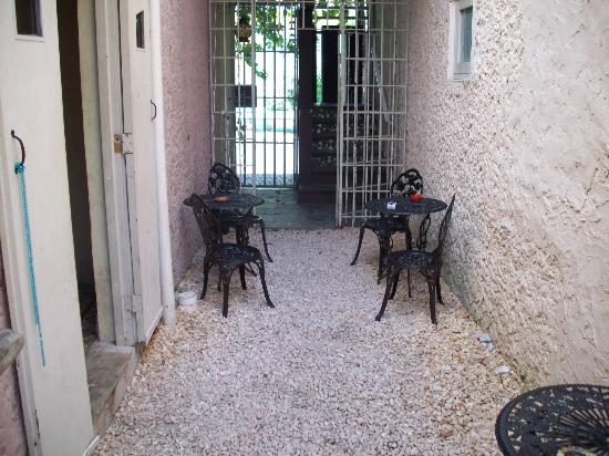 The Palace Hostel: Open courtyard