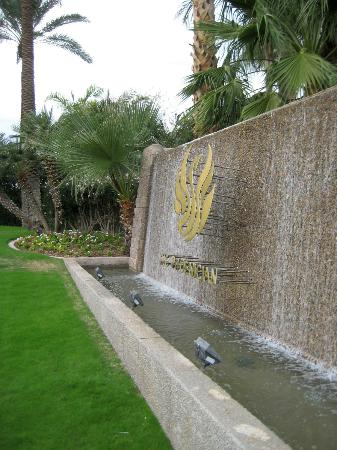 The Phoenician, Scottsdale: Fountain at hotel entrance