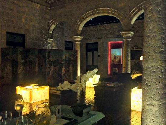 Cantera Diez Hotel Boutique: El antiguo patio ahora esta techado y es un agradable lobby al que dan todas las suites