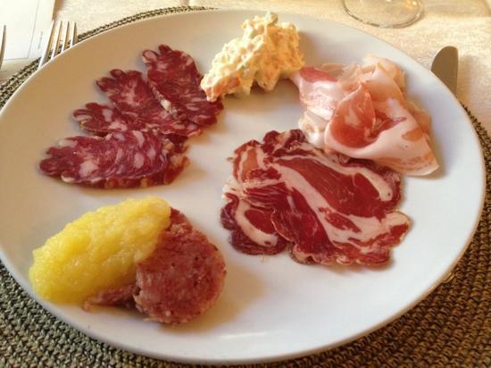 Bosmenso Superiore, Италия: antipasto con salumi di loro produzione e cotechino con purea di mele renette...