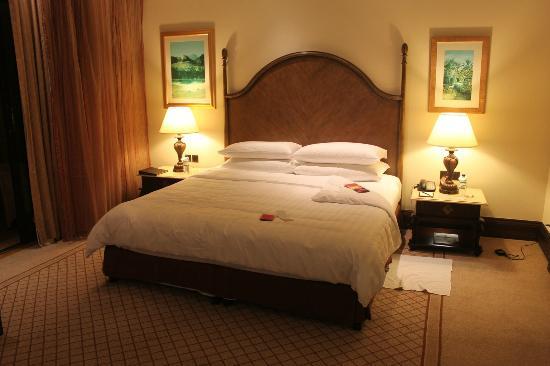 Shangri-La Hotel, Qaryat Al Beri, Abu Dhabi: The bed