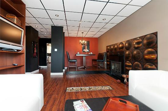 Commercial Drive Accommodations: Bijou Apartment-living/dining area
