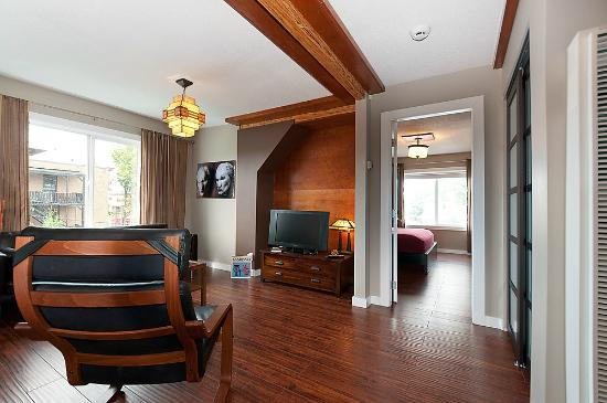 Commercial Drive Accommodations: Inukshuk Apartment-living area