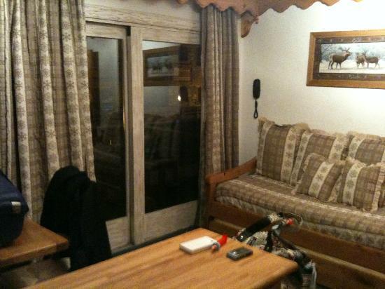 Hôtel La Chaudanne  : Le canapé lit de l'appartement pour 2