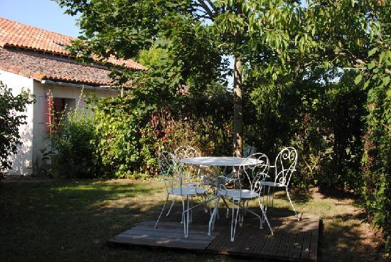Les Chambres de la Loge: la terrasse côté chambre Gartempe
