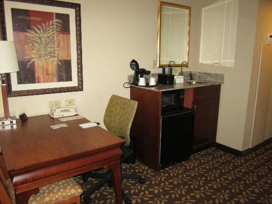 Embassy Suites by Hilton Orlando Airport: sitiing room of suite