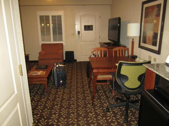 Embassy Suites by Hilton Orlando Airport: sitting room of suite