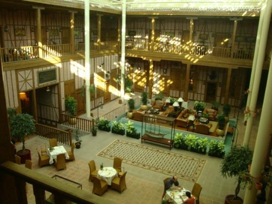 Divan Cukurhan: The courtyard of the caravanserai, now lobby and dining