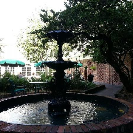 Best Western Plus French Quarter Landmark Hotel: Fountain in the courtyard