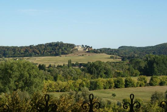 Balcon en Foret - Chambres d'Hotes Dordogne: walk to the village view