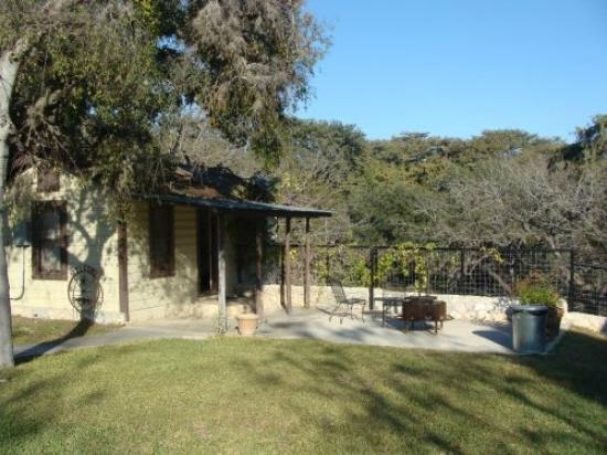 Frio Springs Lodges: View of the front.