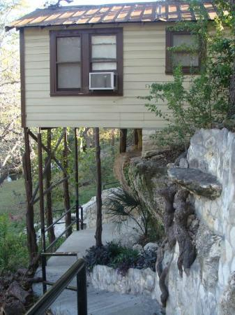 Frio Springs Lodges: Back of the house going down the walkway.