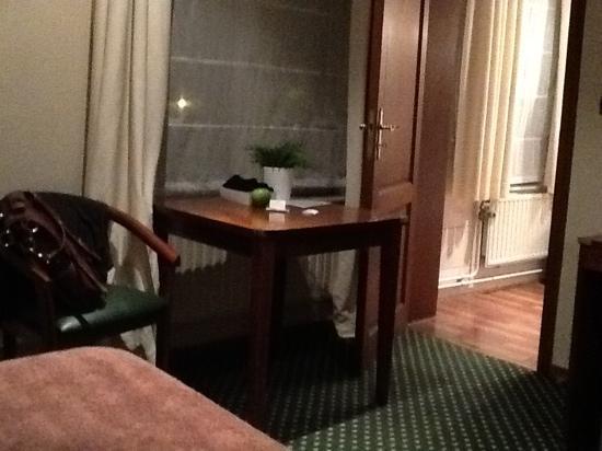 Hotel Le Monte Cristo : desk and chair