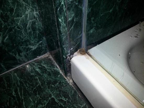 Hotel Vilamari: dirty / rusty shower