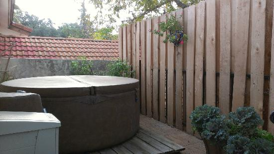 The Lakehouse Bed and Breakfast: Private hot tub on the Metropolitan balcony 