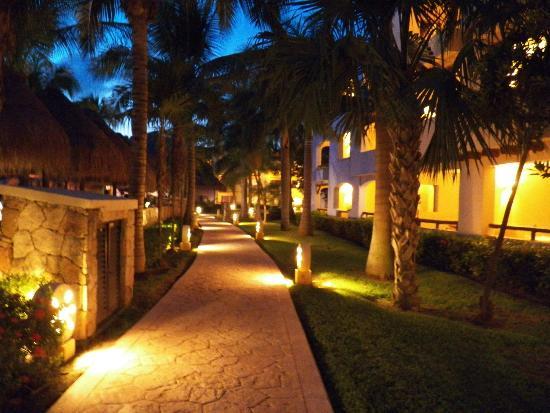Iberostar Paraiso Lindo: Grounds lit up at night