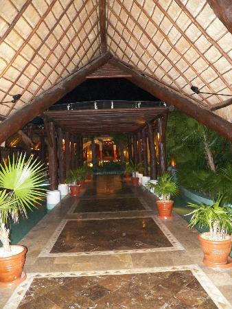 Iberostar Paraiso Lindo: Walkway from lobby