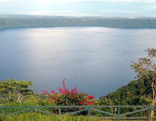 Macua Tours & Travel: Lake in the crater