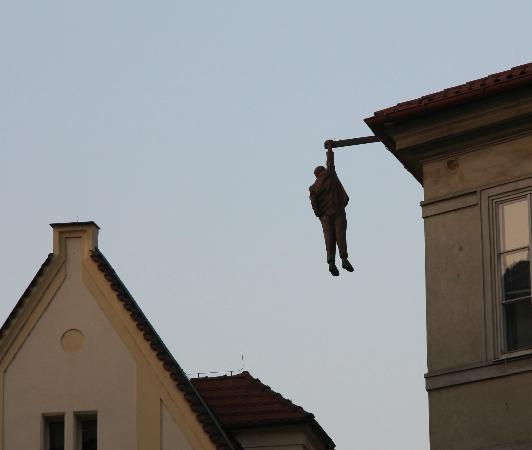 Prague Top Tour : Lenin hängande får taket.