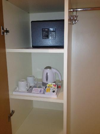 BEST WESTERN PLUS Hotel Bologna - Mestre Station: Safe and Tea/Coffee supplies