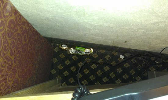 Red Roof Inn Wilmington: Twix wrapper behind couch/nightstand.