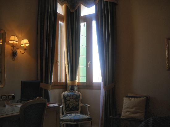 Hotel Antiche Figure: Bedroom windows on Grand Canal