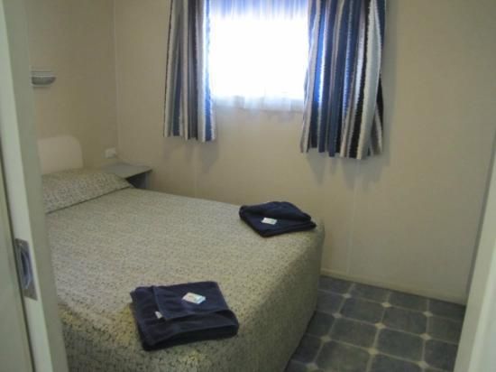 Palm Beach Caravan park : Cabin 17, 18 & 19 Main Bedroom