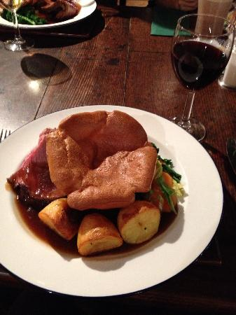 Thelwall, UK: Fantastic Sunday lunch on every level. Perfect portion sizes, delicious crunchy assorted veg and