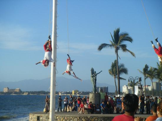 Las Palmas by the Sea: Malecon...always lots of free entertainment