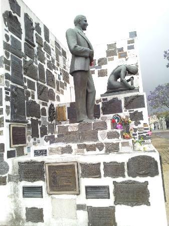 La Chacarita Cemetery : En este cementerio está enterrado el famoso Carlos Gardel