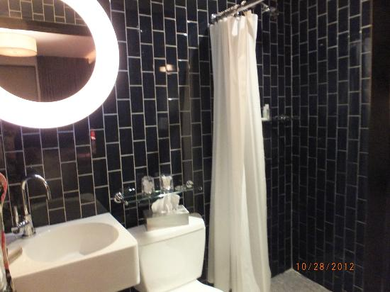 6 Columbus - A SIXTY Hotel: Functional but small bathroom