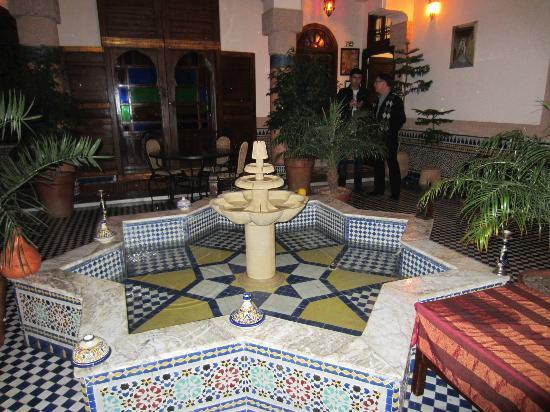 Riad Ahlam: Lobby and eating area