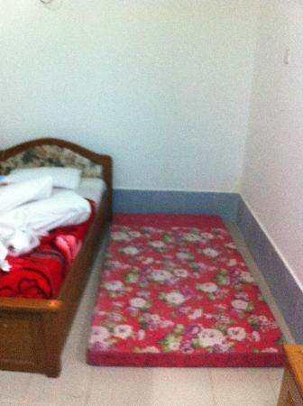 Royal White Elephant Hotel: this is the extra bed! no frame just a mattress!!
