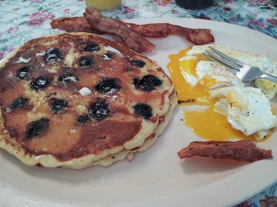 Clarkie's Restaurant: wonderful blueberry pancakes!