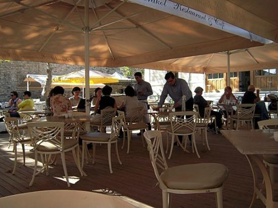 Karakol Restaurant: Pátio externo