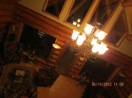 إن أون ذا ليك: Main living room 