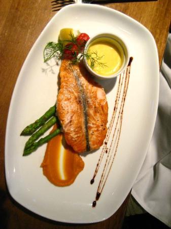 The Seafood Bar @ Kirwan's: Salmon with asparagus