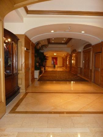 Four Seasons Hotel Las Vegas: Hallway heading to elevators from the lobby
