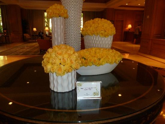 Four Seasons Hotel Las Vegas: Beautiful flowers greet you in the lobby