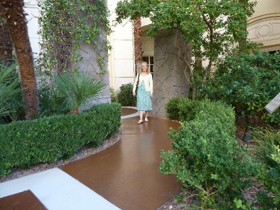 Four Seasons Hotel Las Vegas: Great pathways to wheel/walk throughout the grounds