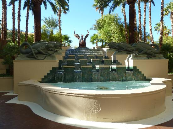 Four Seasons Hotel Las Vegas: Fountain by the pool area
