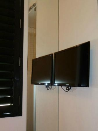 Pod 39 Hotel: Flat Screen TV (just one, reflection from mirror)