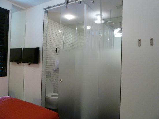 Pod 39 Hotel: Dividing Door to Bathroom