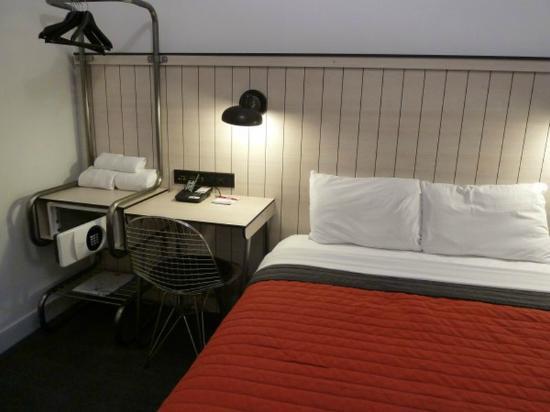 Pod 39 Hotel: Nightstand