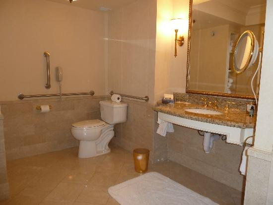 Four Seasons Hotel Las Vegas: Accessible bathroom