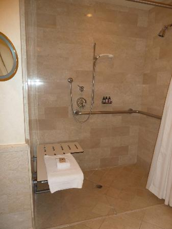 Four Seasons Hotel Las Vegas: Accessible shower