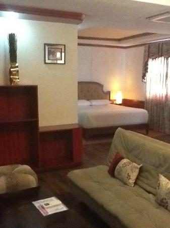 Dulcinea Hotel and Suites: huge bed